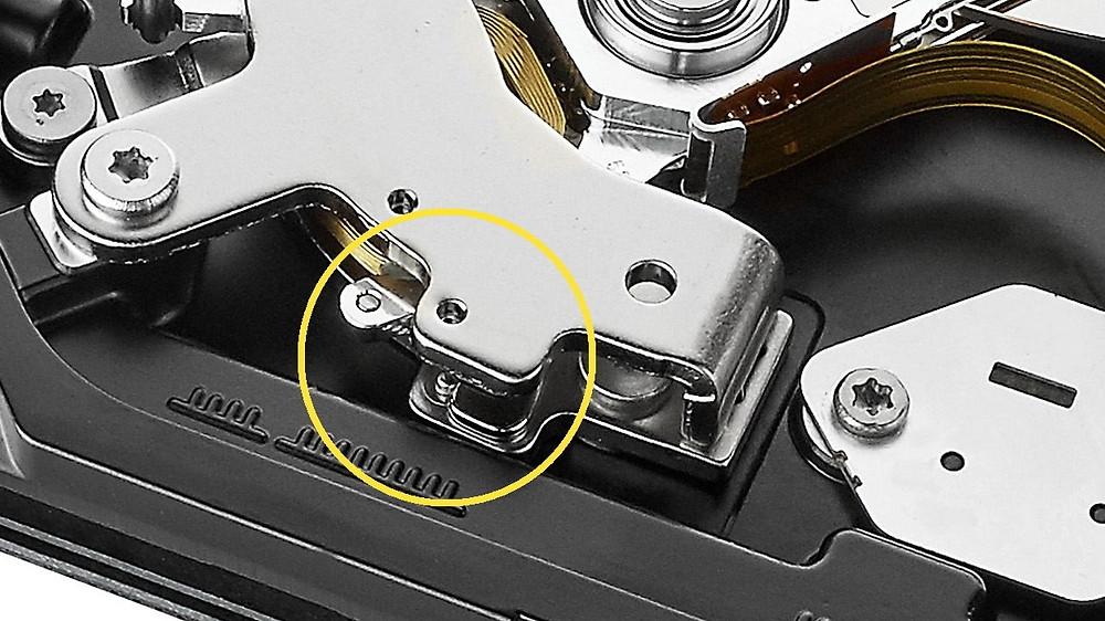 Chốt khóa cơ cấu truyền động có thể được cấu tạo khác nhau. Nhiều ổ đĩa sử dụng lực hút của chính hai thanh nam châm trên và dưới.