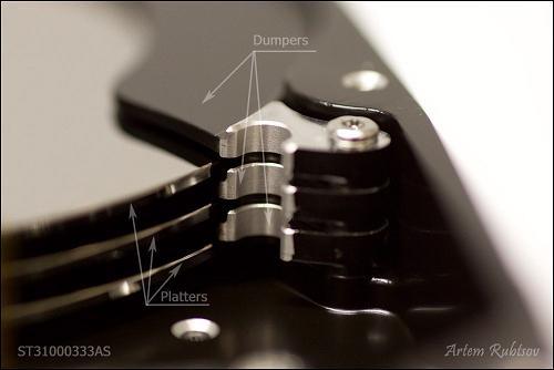 Tấm ngăn (hay còn gọi là dumper) nằm ở giữa các đĩa từ, có tác dụng giảm thiểu biến động không khí và tiếng ồn.