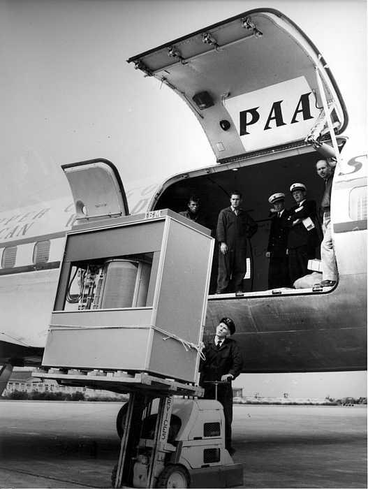 IBM 350 Disk Storage là ổ cứng đầu tiên trên thế giới. Với cân nặng khoảng một tấn, HDD này phải được vận chuyển bằng xe nâng.