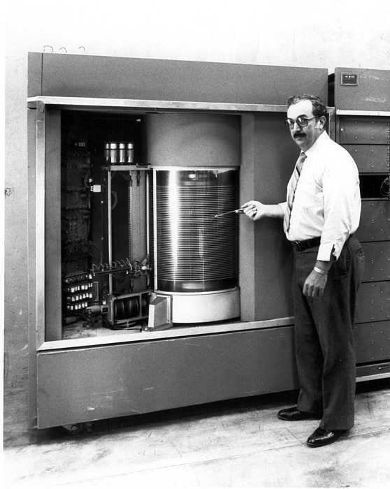 HDD đầu tiên trên thế giới - hệ thống IBM 350 Disk Storage - dung lượng 3,75MB vào năm 1956.