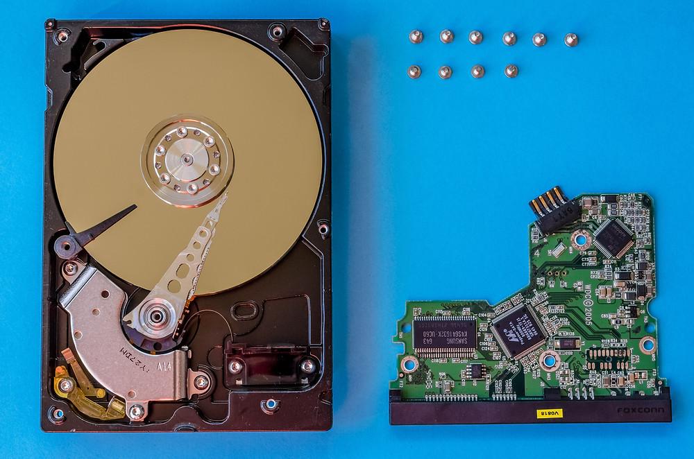 Toàn bộ linh kiện cấu thành một ổ cứng.