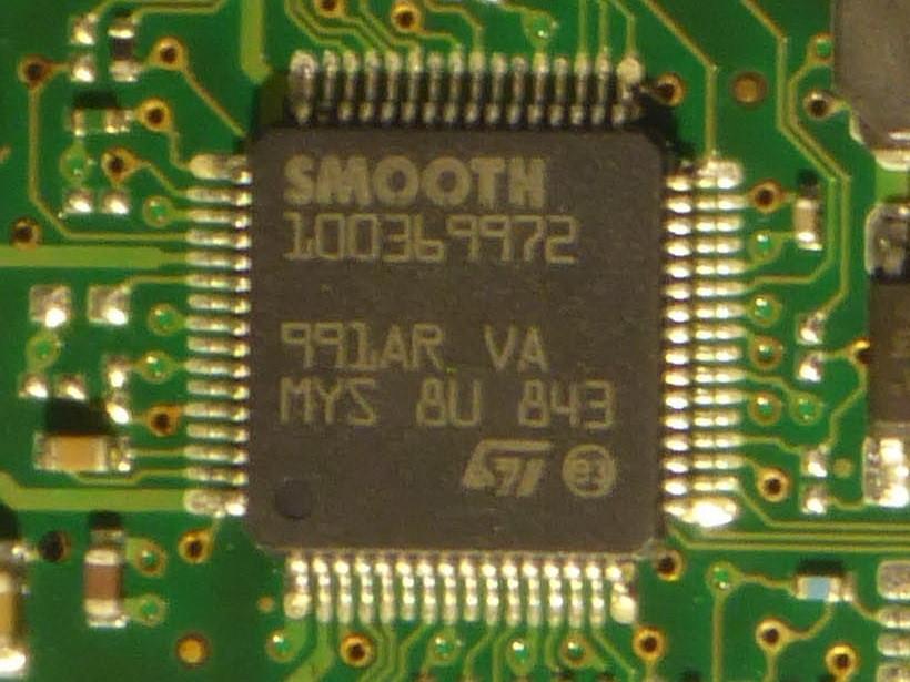 Cận cảnh chip điều khiển động cơ trục chính (spindle motor) và cuộn dây di động (voice coil motor - VCM) SMOOTH 100369972 trên PCB của HDD Seagate ST31000333AS.