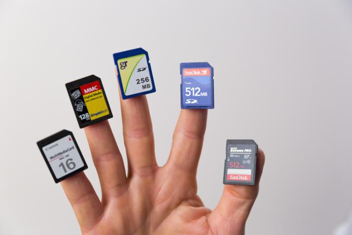 Thẻ nhớ MMC và SD cung cấp dung lượng lưu trữ lớn cho máy ảnh kỹ thuật số và các thiết bị di động khác. Thẻ MMC 16MB (bên trái cùng) từ năm 2007 so với thẻ SD 512GB (bên phải cùng) năm 2016.
