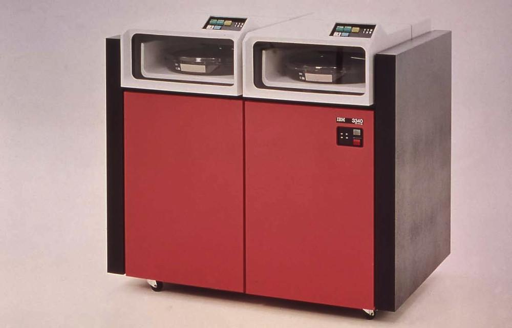 Ổ đĩa IBM 3340 được biết đến như cha đẻ của ngành công nghiệp ổ cứng hiện đại. Vẫn mang kích thước của một máy giặt, 3340 lưu trữ 30MB dữ liệu cố định và 30MB bộ đĩa di động.