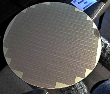 Chiếc đĩa bán dẫn (wafer) chứa các chip flash QLC 64GB của Micron, được giới thiệu tại hội nghị A3 Technology Live, diễn ra hồi tháng 2/2018 ở London, Anh.