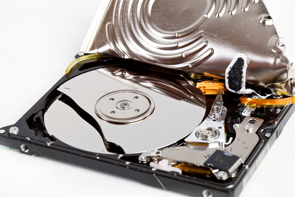 Nhiều người cố gắng mở ổ cứng và thường để sót ốc vít nằm ngay bên dưới nhãn của ổ đĩa. Sau đó họ dùng tuốc nơ vít để cạy nắp phía trên gây ra trầy xước, và trong một số trường hợp làm vỡ đĩa từ.