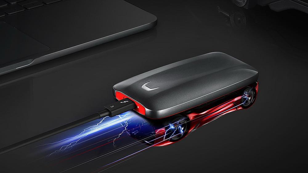SSD X5, mang thiết kế lấy cảm hứng từ một loại siêu xe, sẽ chính thức lên kệ vào ngày 3/9 sắp tới, với giá 400 USD (9,3 triệu đồng) cho phiên bản 500GB.