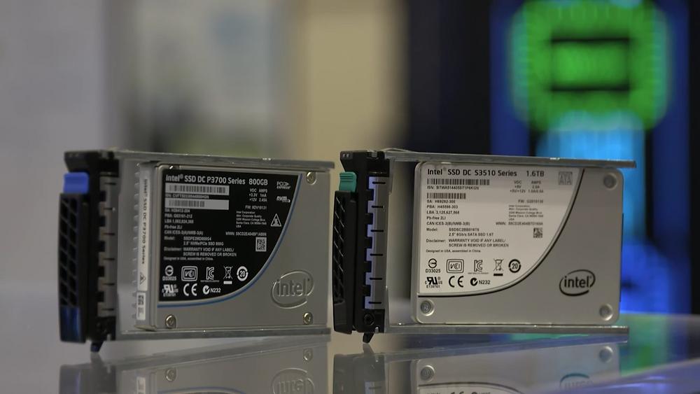 Hai SSD U.2 NVMe dòng DC P3700 800GB và dòng DC S3510 1.6TB của Intel.