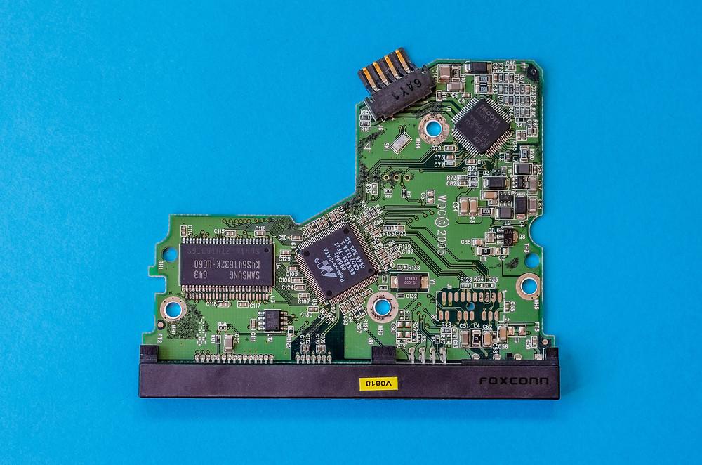 Bo mạch logic từ ổ cứng chết, được sản xuất bởi Foxconn, Trung Quốc.