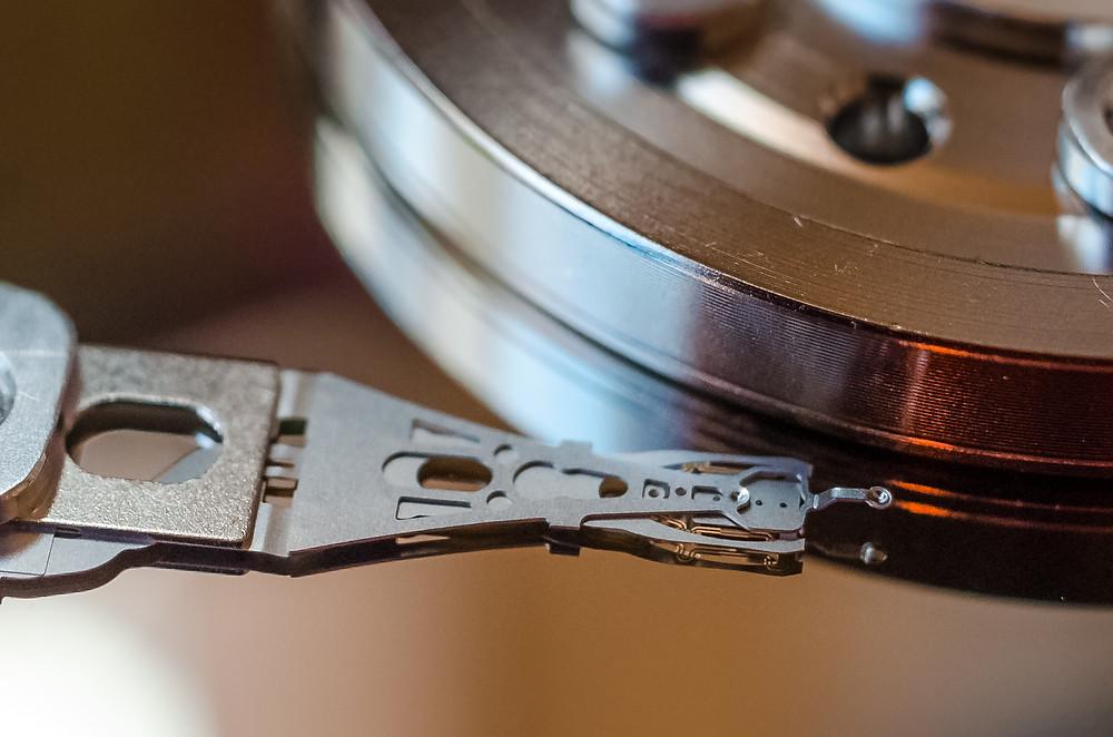 Cận cảnh một đầu đọc/ghi dữ liệu trên ổ cứng.