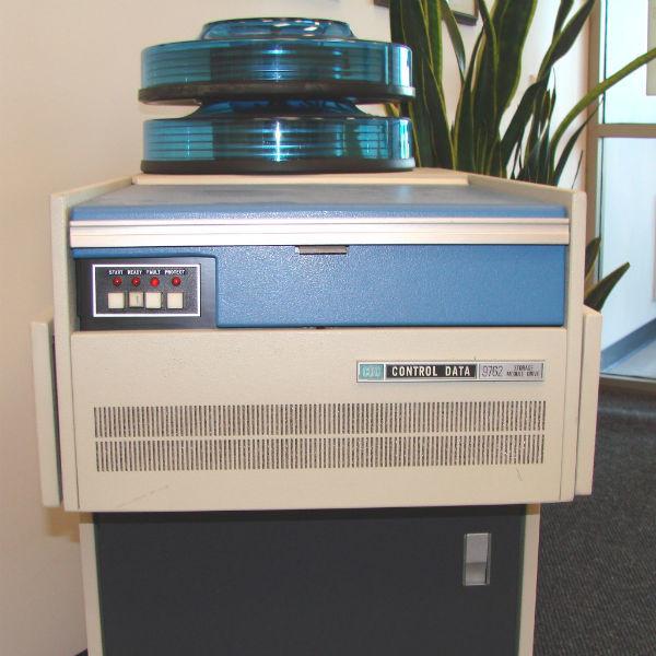 Storage Module Drive 9762 và hai bộ đĩa, tổng dung lượng 80MB được CDC công bố năm 1974.