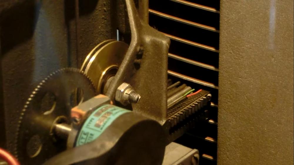 Cận cảnh một cặp đầu đọc/ghi của IBM 350 Disk Storage đang tiến vào trong cặp đĩa để đọc dữ liệu (hình chụp từ clip quay tại Computer History Museum).