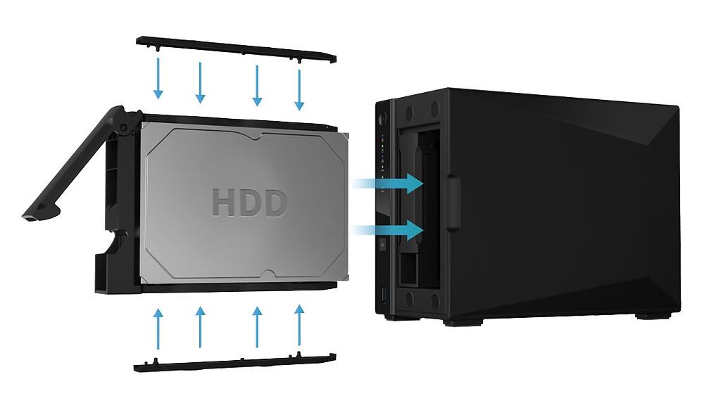 Các ổ cứng được cố định trên khay caddy, người dùng có thể lắp đặt hoặc thay thế bằng tay mà không cần đến bất cứ công cụ nào.