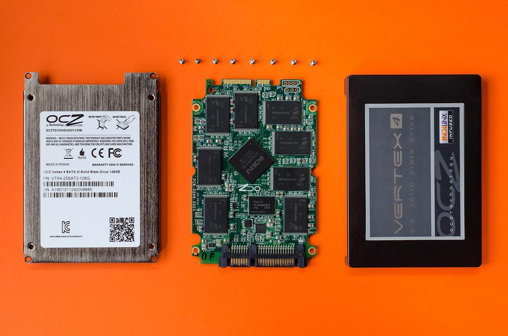 SSD không có nhiều bộ phận vật lý. Trên thực tế, bạn sẽ không tìm thấy phần chuyển động nào trên loại ổ đĩa thể rắn này.