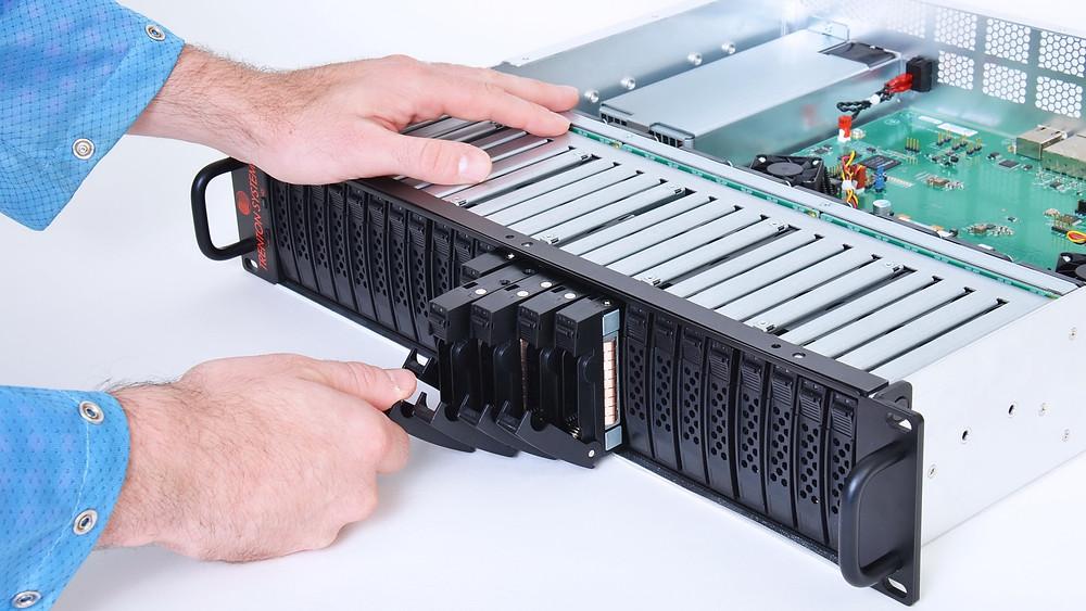 Máy chủ JBOD 24EVO cho phép người dùng tháo rời từng ổ đĩa riêng lẻ trong khi đang vận hành.