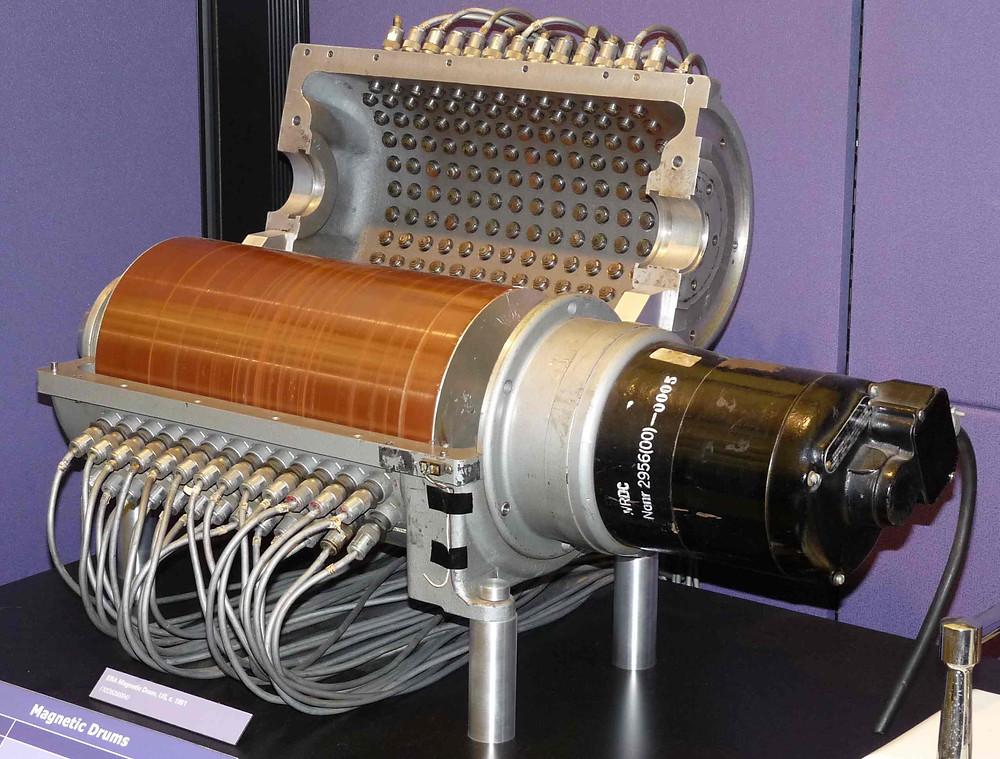 Bộ nhớ drum từ tại Computer History Museum.