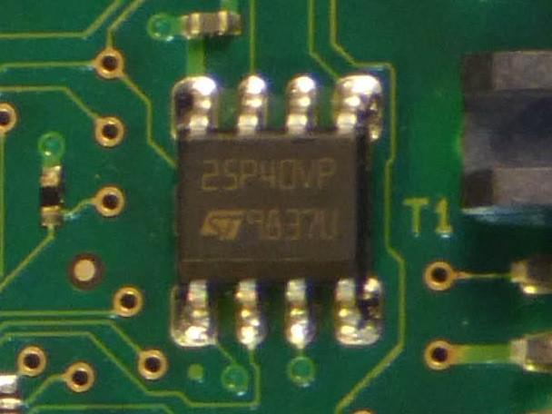 Cận cảnh chip flash 25P40VP trên PCB của HDD Seagate ST31000333AS.