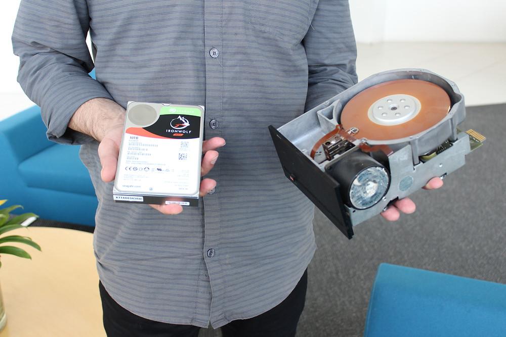 Bên phải là HDD 5.25 inch Shugart Technology ST-412 10MB, bên trái là HDD Seagate 3.5 inch 10TB.