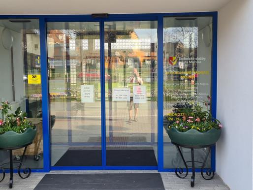Květinová výzdoba oživila prostory autobusového nádraží