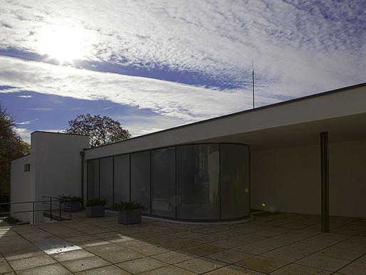 Znamená spojení architektura 20. století automaticky moderní architektura?