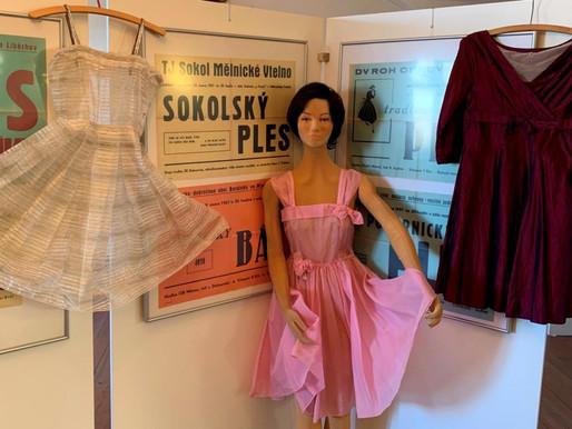 Muzeum zve na retro módní přehlídku online