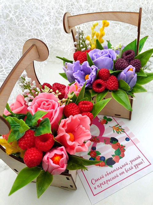 Композиция «Ягодки-цветочки mini» в деревянной коробочке