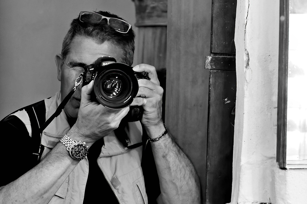 Black and white photo of Italian photographer Sandro Santioli at work