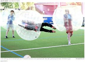 Ein Fußballspiel, wie eine Boxautofahrt: ZAK-Team testet Bubble-Soccer in der Bizerba-Arena