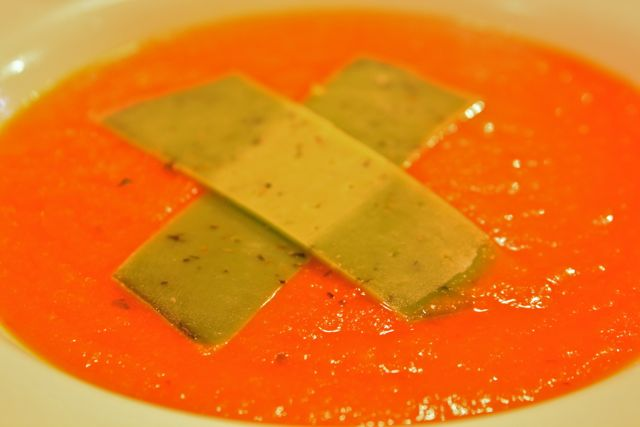 מרק עגבניות עם גבינת גאודה פסטו