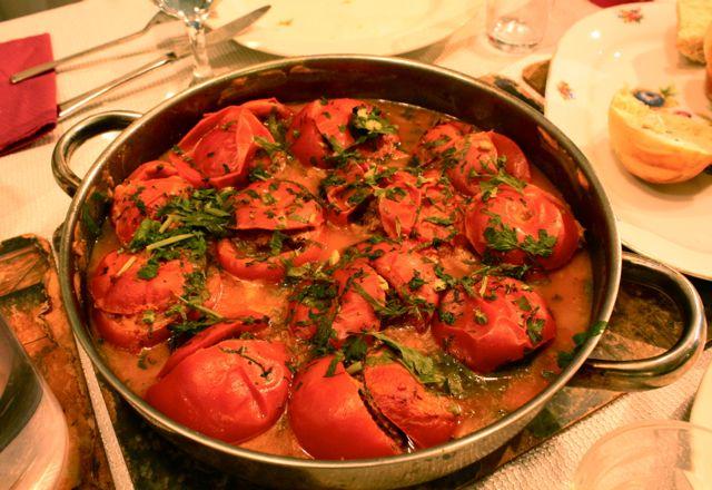 עגבניות ממולאות בשר בקר ירקות