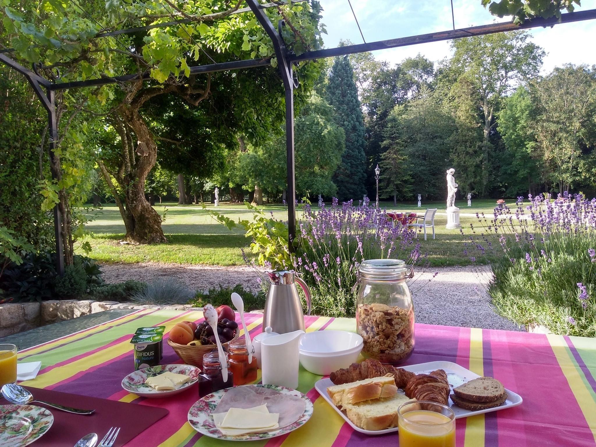 Petit-déjeuner en terrasse au Domaine Le Parc