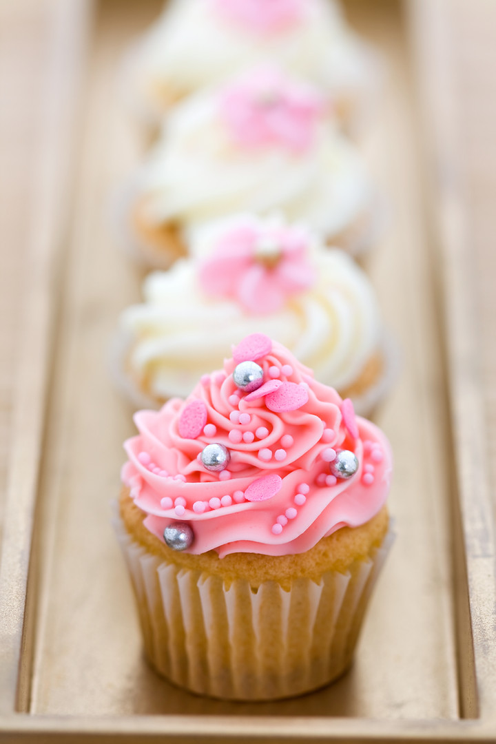 pink-and-white-cupcakes-PXMG6VS.jpg