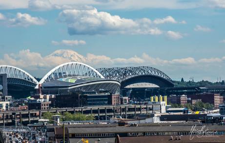 en blanc , le stade des Seahawks et en noir celui de Mariners à l'arrièrre plan , le Mont Rainier