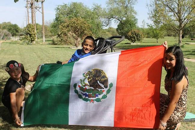 Soy Nayelli Jimenez y como  inmigrante, madre, hermana, hija, tia, y luchadora yo resisto por mi familia, por que no me gusta el racismo, igualdad para todos, por que estoy orgullosa de lo que soy y de mis raíces.