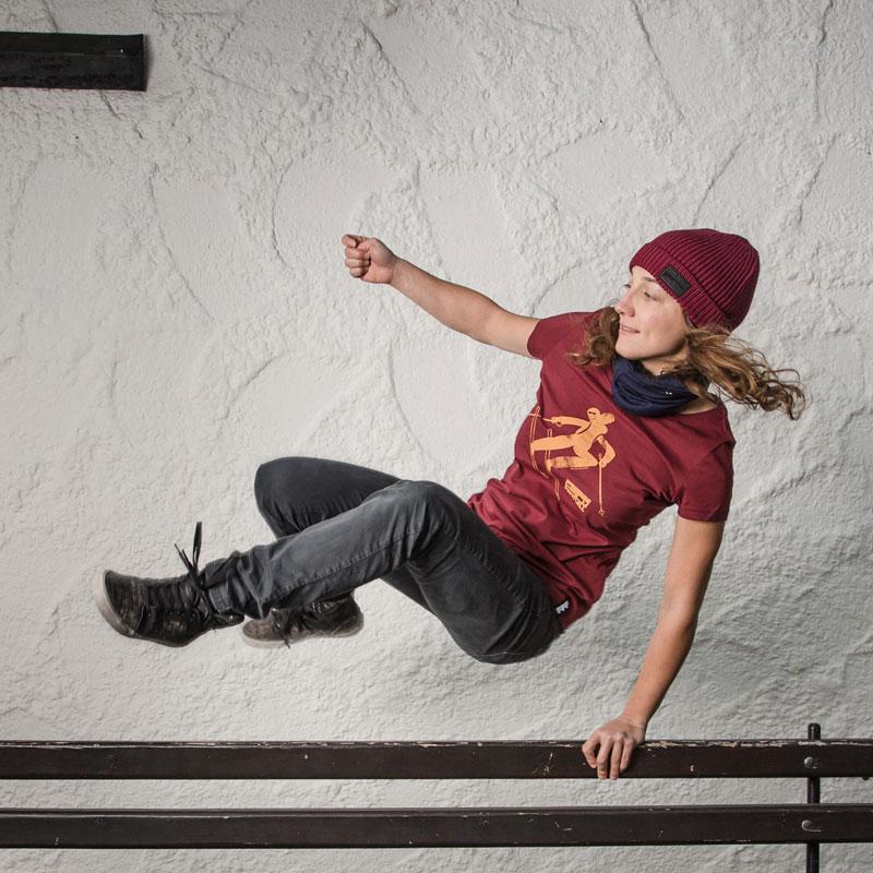 Manuela Mandl, Freeride World Tour Champion 2018 Snowboard Ladies, in action; Pic: Simon Rainer