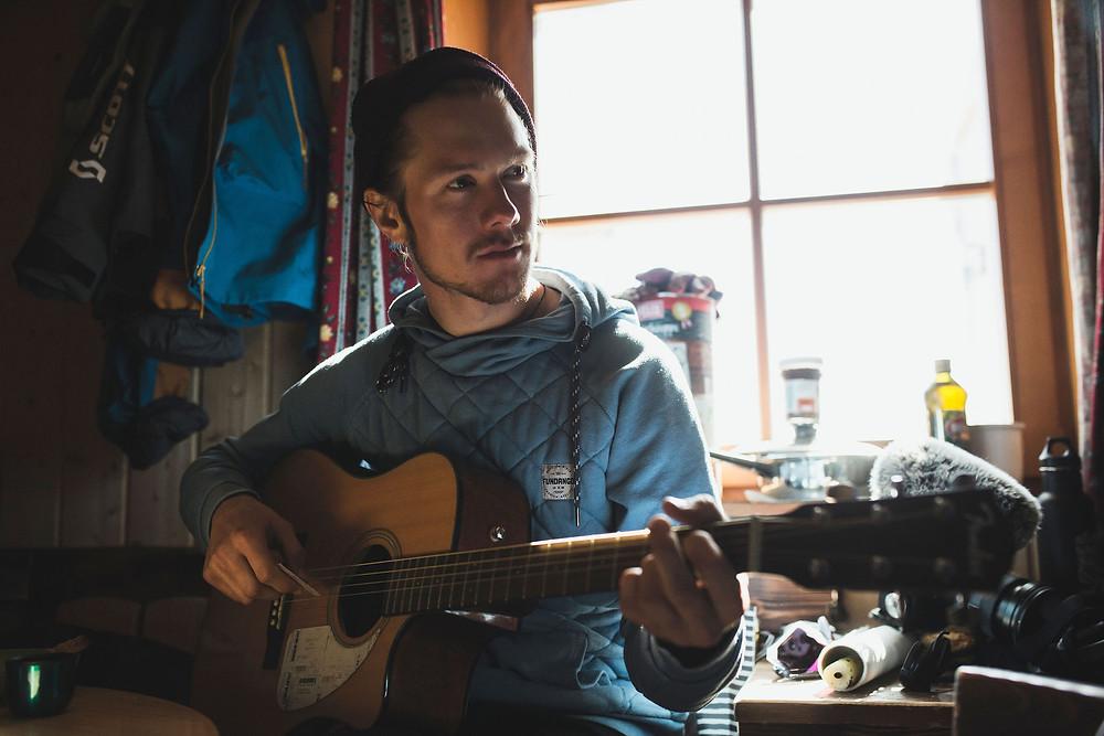Moritz Ablinger spielt Gitarre