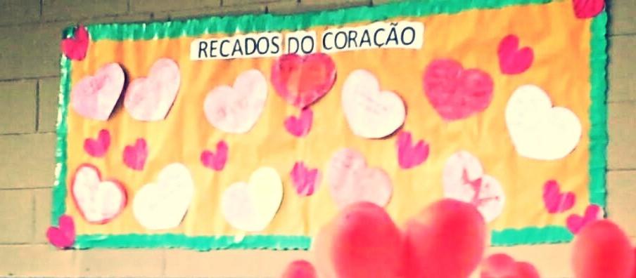 Mural de recados do coração feitos pelos adolescentes