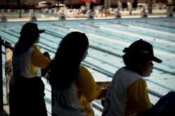 Jovens visitam o completo de natacao