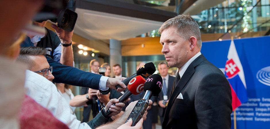 Robert_Fico_s_novinármi_po_príchode_do_Európskeho_parlamentu._Foto_TASR_-_Michal_Svítok.jpg