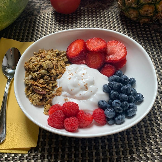 Yogurt w/ Berries & Granola