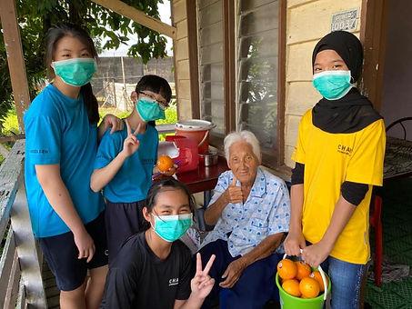 学生们把橙送给老婆婆,也一道倾听她的故事.jpg