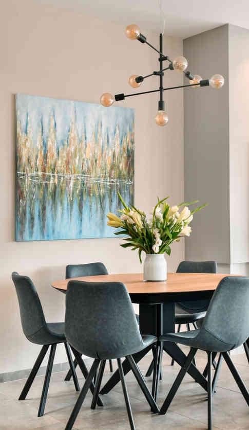 """שולחן פינת אוכל וכיסאות - """"אסף רהיטי איכות"""", תמונה - """"זוית"""" בכפר מלל, מנורה - """"ER LIGHTING"""""""