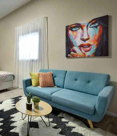 """שטיח בסטייל ברברי (מרוקאי) - """"בית השטיחים והפרקט"""", ספה - """"אורבן""""."""