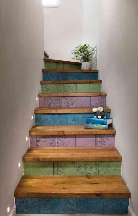 חיפוי אריח פורצלן צבעוני בעבודת יד - רוחמה שרון / מדרכי עץ - הנגריה Woodenartתאורה - תומס תאורה.