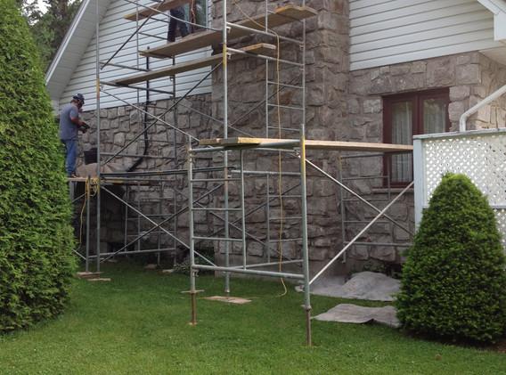 Restauration du mur de pierre naturelle