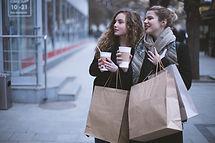 Les filles avec des sacs
