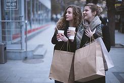 Meninas com sacos de compra