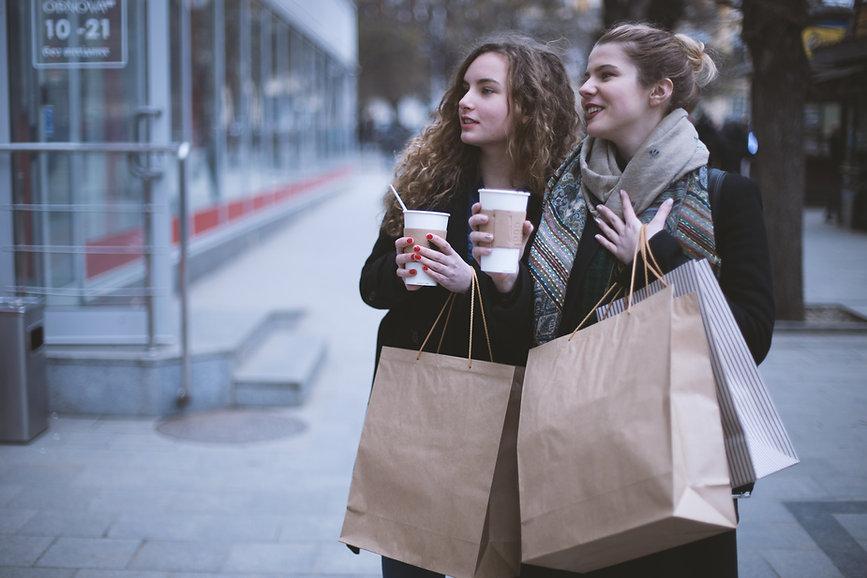 Девушки с покупками