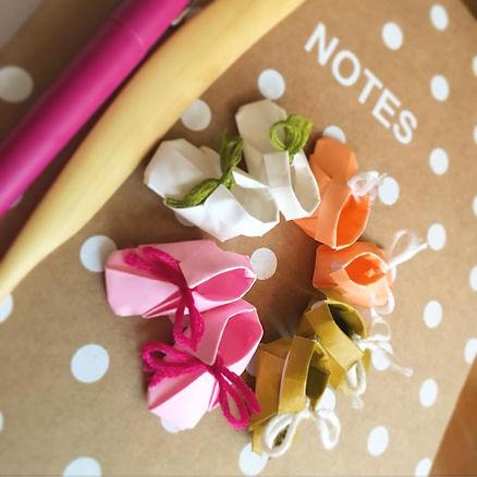 les chaussons en origami pour les cadres de naissance. Pliage un à un dans un papier de haute qualité.