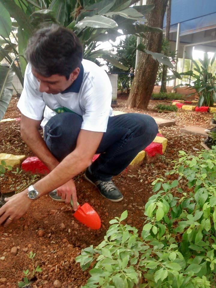 Angelo plantando